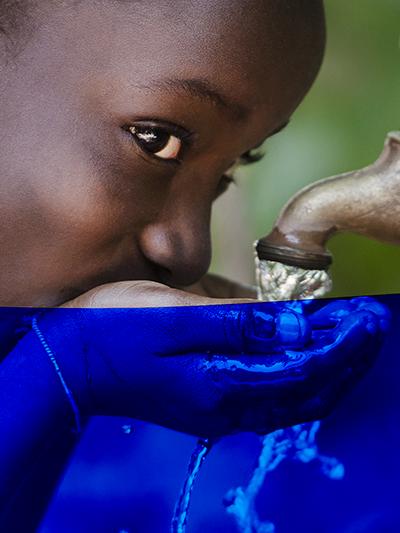 fillette boit de l'eau potable au robinet
